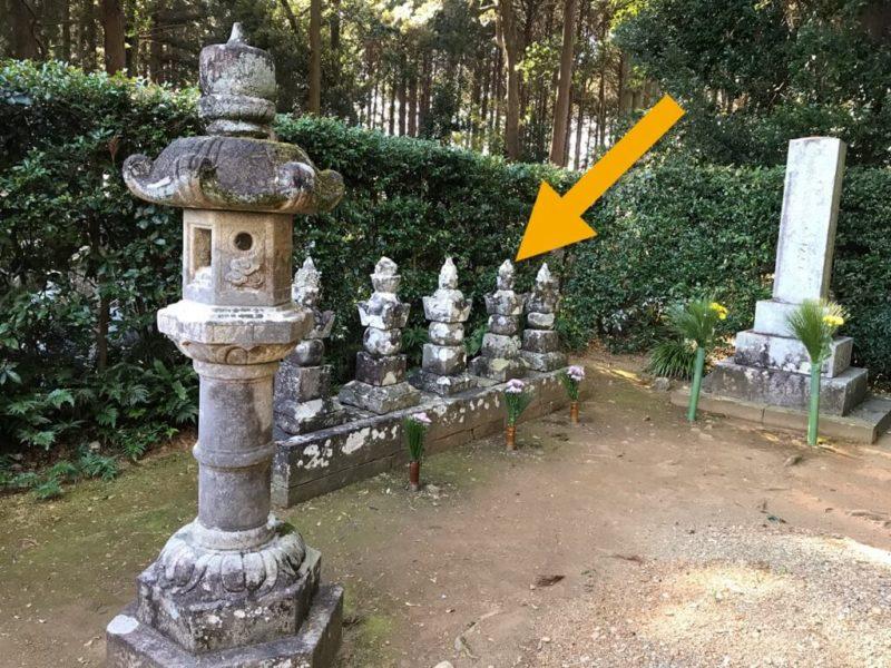 井伊直虎の墓石の場所